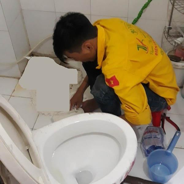 Thợ xử lý mùi hôi nhà vệ sinh